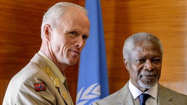 General Robert Mood pictured with Kofi Annan