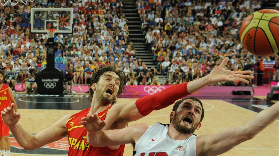 Kevin Love (r) of the United States vies for the ball with Pau Gasol of Spain