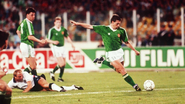 Kevin Sheedy scores the equaliser against England during Italia 90