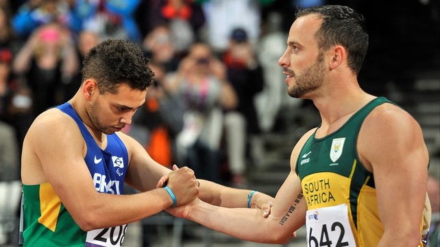 Oscar Pistorius (r) shakes hands with gold medallist Alan Fonteles Cardoso Oliveira after the T44 200m