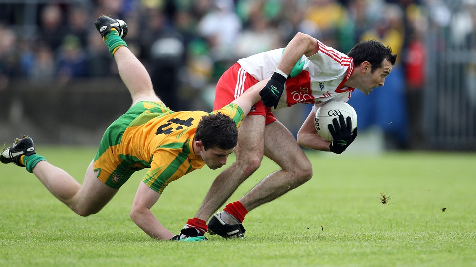 Eugene Scullion shrugs off the challenge of Donegal's Patrick McBrearty