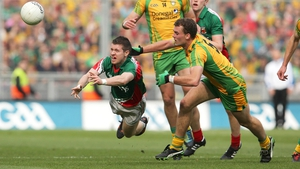Enda Varley (l) and Eamon McGee compete for possession