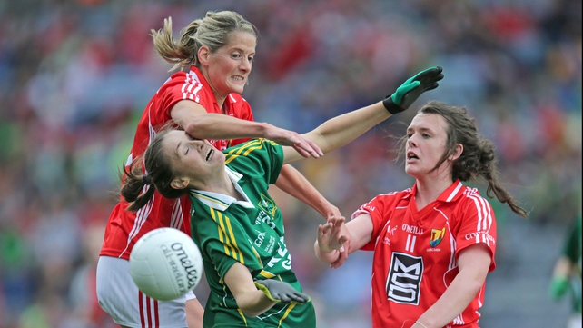 Cork's Juliet Murphy and Doireann O'Sullivan challenge Aisling Leonard of Kerry