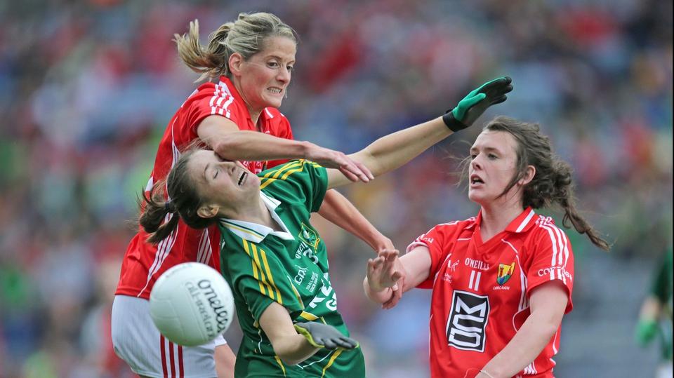Cork's Juliet Murphy and Doireann O'Sullivanput Aisling Leonard under pressure
