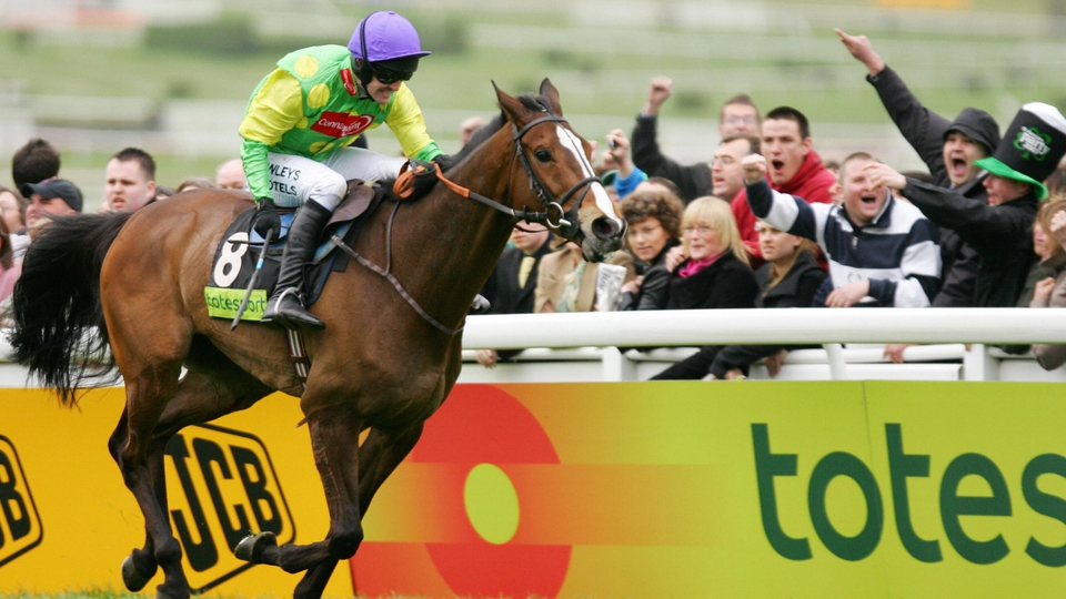 Ruby Walsh powers Kauto to victory in the 2007 Cheltenham Gold Cup