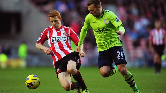 Sunderland player Jack Colback (L) tussles for the ball with Andy Weimann