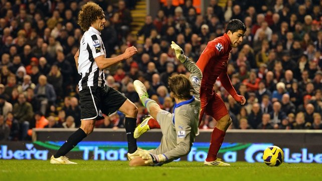 Luis Suarez goes past Fabricio Coloccini and Tim Krul to score Liverpool's equaliser yesterday