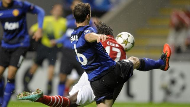Braga's Ederzito Lopes and Jonny Evans battle for possesion