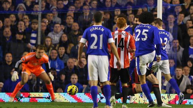 Marouane Fellaini (25) hits the equaliser for Everton