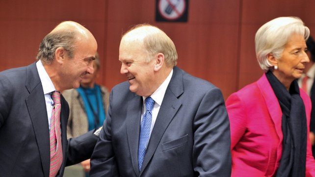 Spanish Finance Minister Luis De Guindos  speaks with Michael Noonan next to IMF MD Christine Lagarde