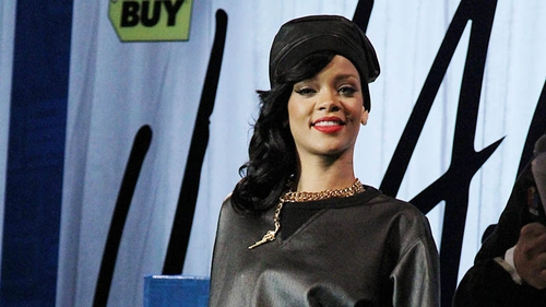 Rihanna posts topless Chris Brown photo