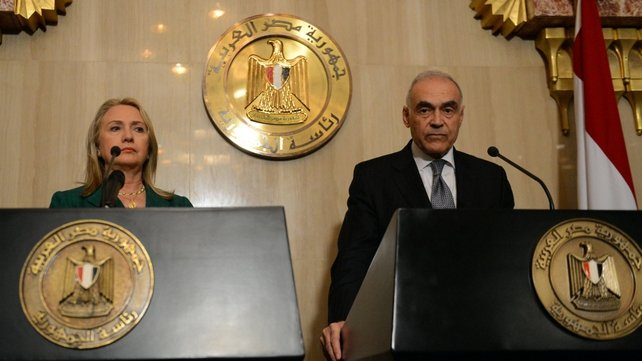 Egyptian Foreign Minister Mohammed Kamel Amr (r) and US Secretary of state Hilary Clinton give a joint press conference