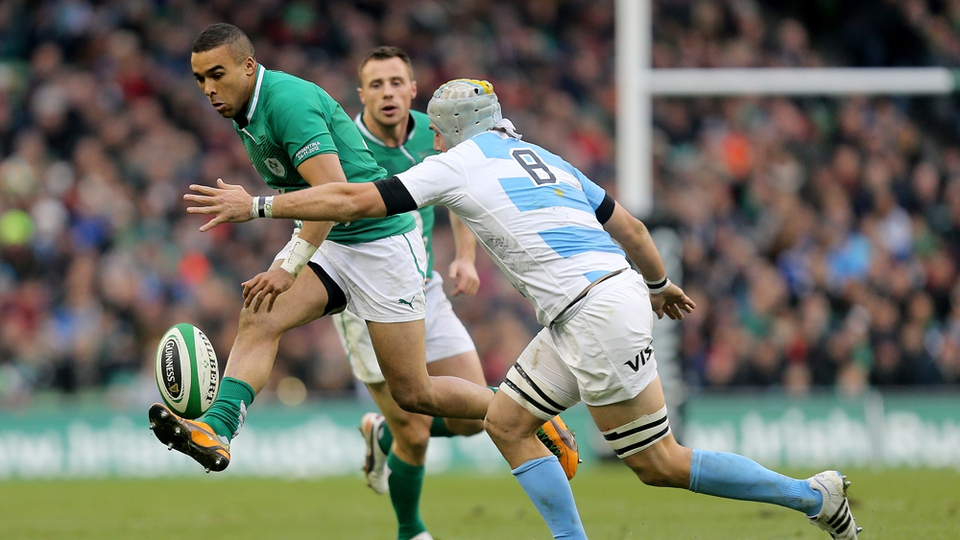 Simon Zebo kicks on under pressure from Leonardo Senatore