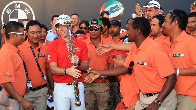 Rory McIlroy with the DP World Tour Championship Trophy and grounds crew and staff after his win yesterday