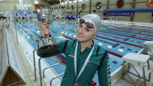 Sycerika McMahon with the 800m freestyle trophy