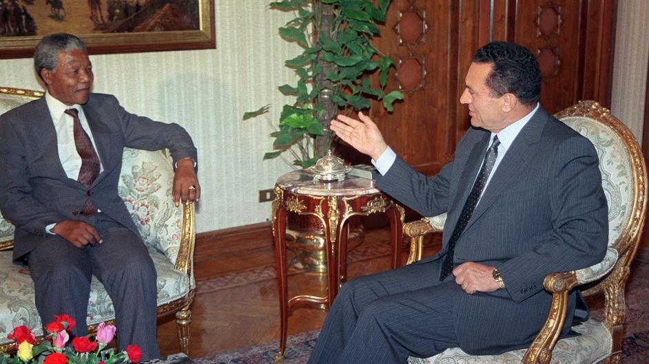Egyptian President Hosni Mubarak (R) speaks to Nelson Mandela in May 1990