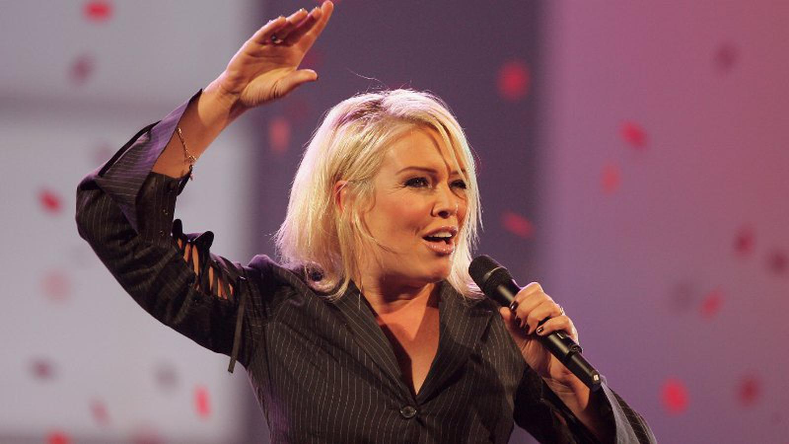 Kim Wilde sings hits on London train