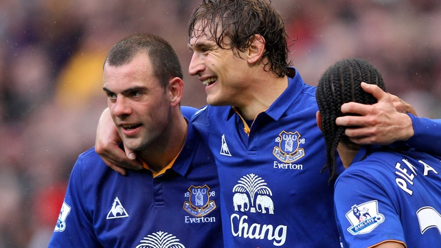 Darron Gibson (l) is full of praise for his team-mate Nikica Jelavic (c)