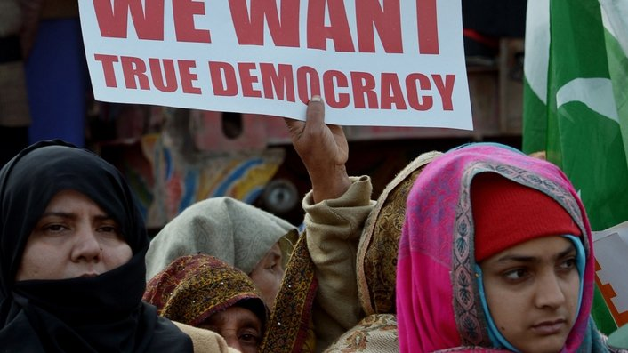 Pakistan's Supreme Court has ordered the arrest of the country's Prime Minister over corruption allegations.