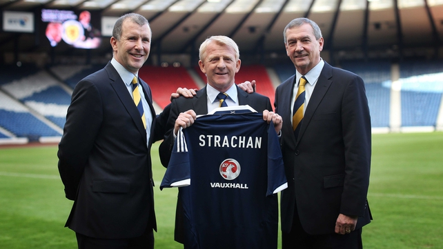 Gordon Strachan (centre) poses holding a Scotland shirt with Scottish FA chief executive Stewart Regan (left) and Scottish FA president Campbell Ogilvie (right)