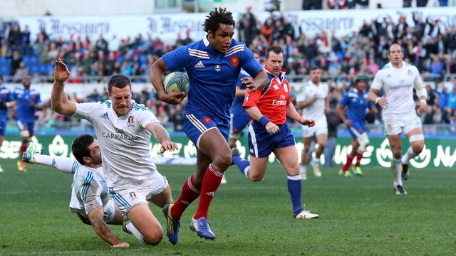 Benjamin Fall en route to scoring France's second try