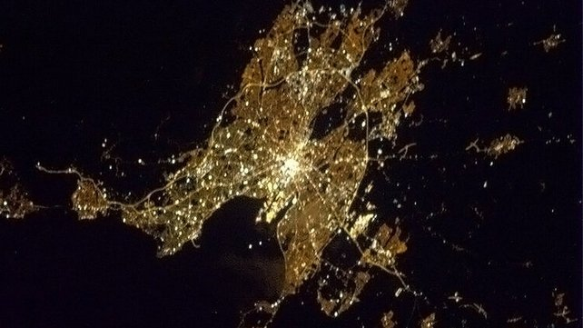 @Cmdr_Hadfield: Tá Éire fíorálainn! Land of green hills & dark beer. With Dublin glowing in the Irish night