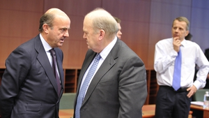 Finance Minister Michael Noonan (centre) with Spanish Finance Minister Luis De Guindos (left) before the talks last night
