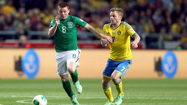 James McCarthy in full flow running past Sunderland midfielder Seb Larsson