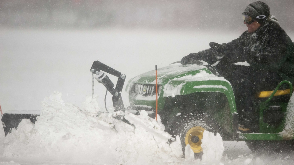 Keep her lit! - The groundsmen in Colorado had to take desperate measures at the interval to address the snow problem