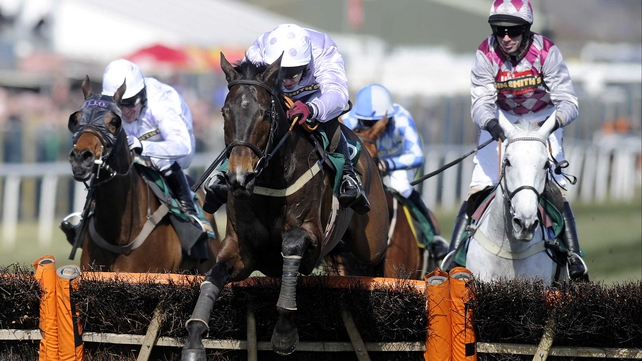 Paul Carberry and Solwhit (centre) hit the front at the final flight. He ran on to beat Holywell (l) and Smad Place (r)