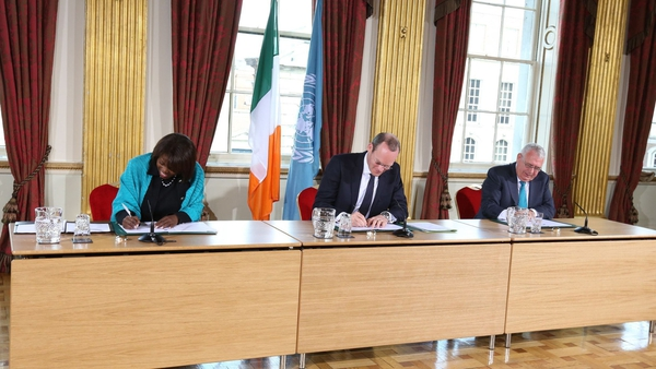 Executive Director of the World Food Programme Ertharin Cousin, and Ministers Simon Coveney and Joe Costello sign the WFP agreement.