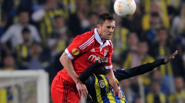 Benfica's Jardel gets above Fenerbahce's Joseph Yobo at Sukru Saracoglu Stadium