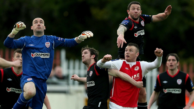 St Patrick's Athletic's Kenny Browne attempts to breach a thronged Derry defence