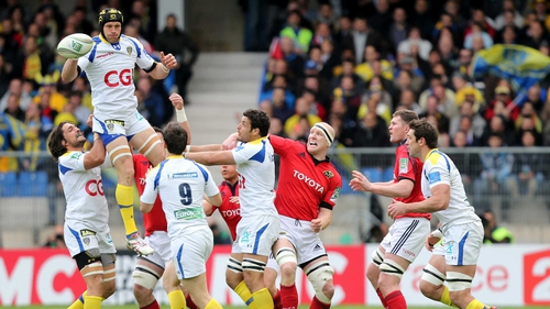 Clermont and Munster contest a lineout