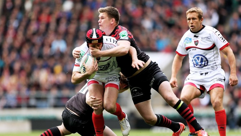 Matt Giteau is tackled by Owen Farrell