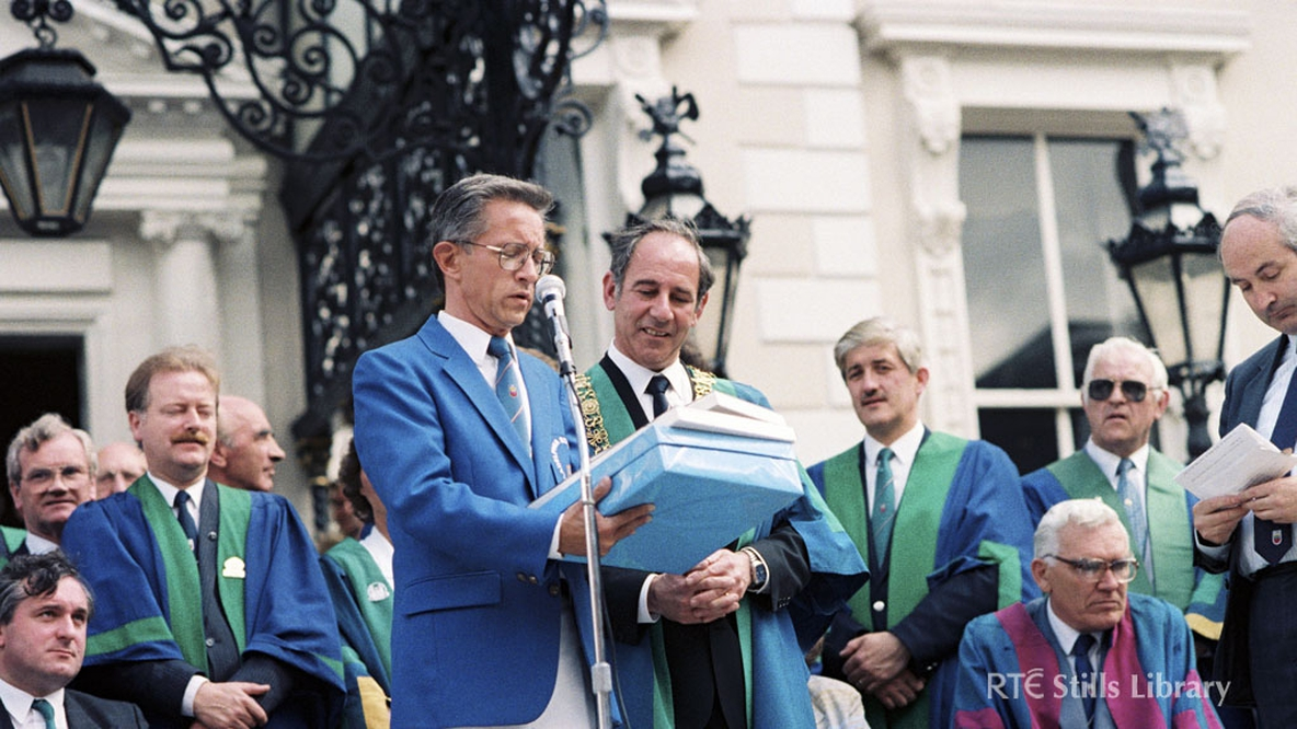 Lord Mayor of Dublin Ben Brisocoe, but who is the man in the blue jacket?