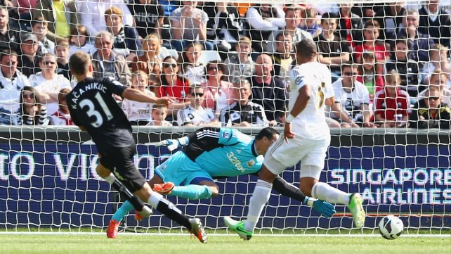 Alexander Kacaniklic (L) of Fulham slots the ball home to give Fulham a 22nd-minute goal