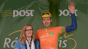 Madeline McGovern, director of corporate and strategic development LeasePlan, presents the stage leader jersey to Marcin Bialoblocki