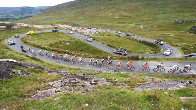 The 2007 An Post Rás makes its way over the Healy Pass