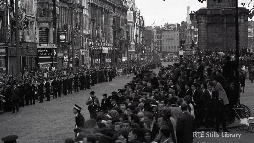 Crowds on O'Connell St, Dublin to meet President Kennedy (1963)