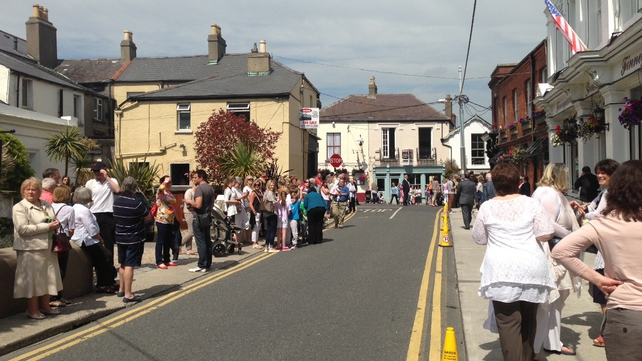Crowds gather outside Finnegan's Pub in Dalkey ahead of Mrs Obama's arrival