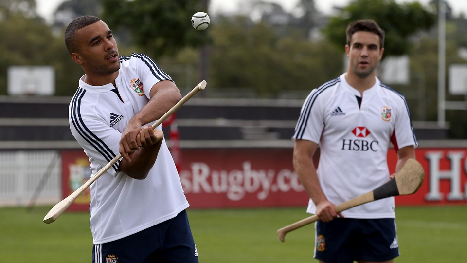 Simon Zebo shows off his talent with a camán