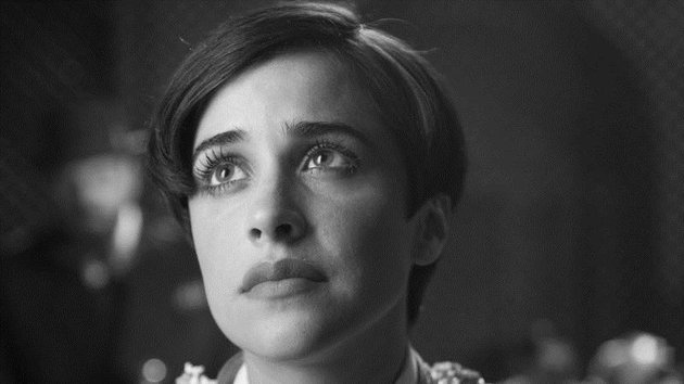 Carmen is played  by Macarena García as a young woman