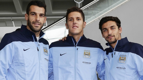 Jesus Navas (r) along with other Manchester City recruits Alvaro Negredo (l) and Stevan Jovetic