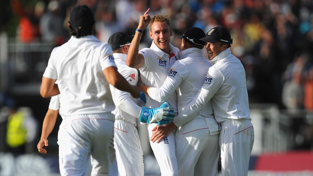 Stuart Broad celebrates with team mates after dismissing Brad Haddin during day four