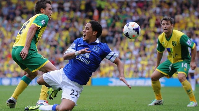 Jonny Howson of Norwich City tackles Steven Pienaar