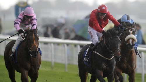 Parbold (red) drops back in trip for the Gimcrack