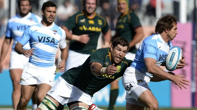 Argentina's winger Gonzalo Camacho (r) escapes a tackle by South Africa flanker Willem Alberts