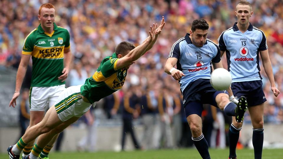 Marc Ó'Sé of Kerry tries to block Bernard Brogan's shot