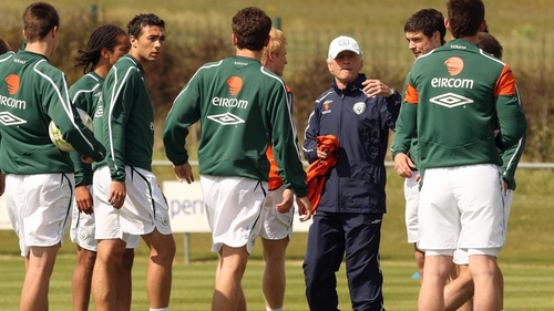 Trapattoni giving orders to his squad in training before his first game in charge in May 2008